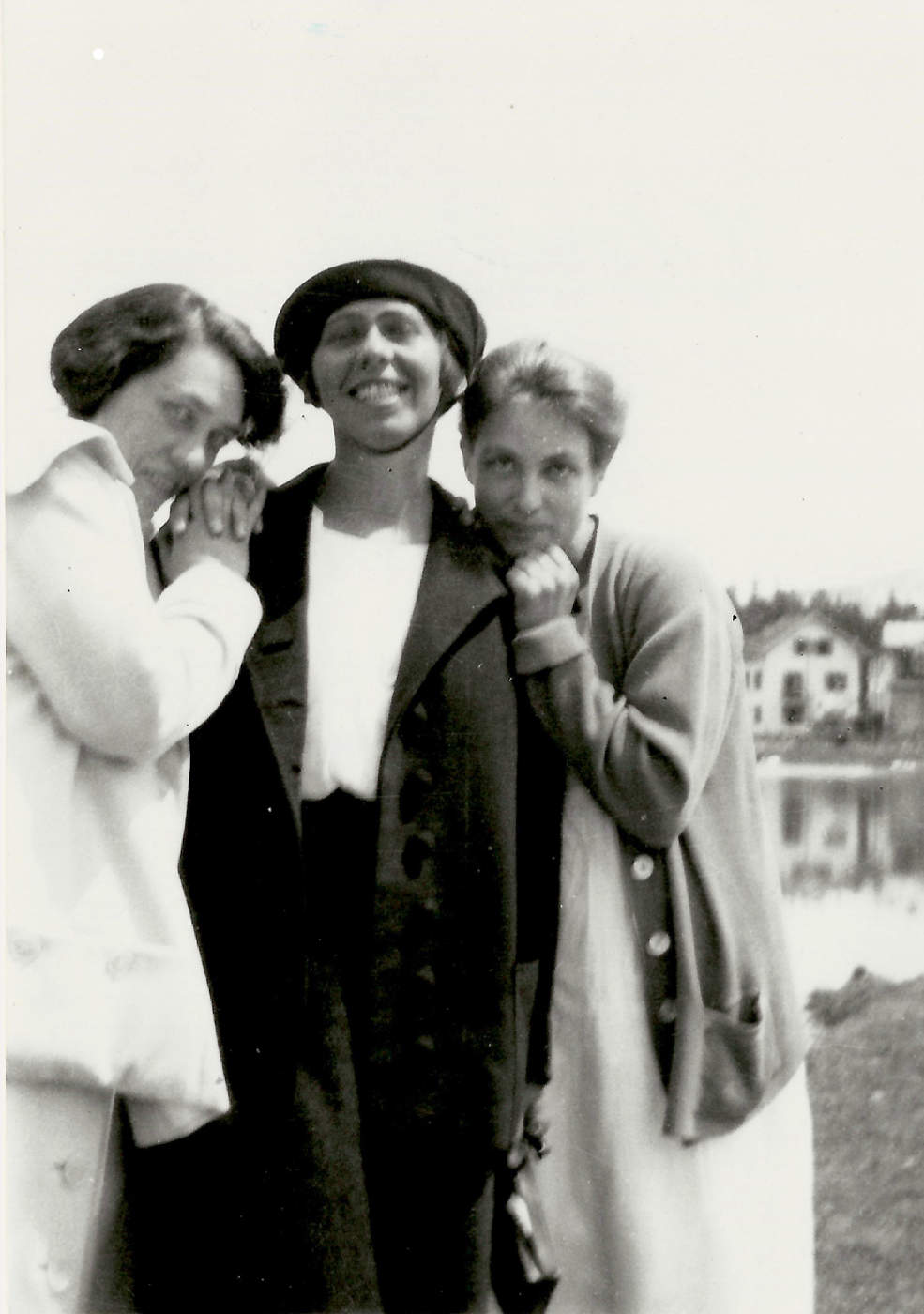 Sophie Taeuber-Arp with Mary Wigman and Berte Trümphy, Arosa 1918 | Photo: Photographer unknown – Archiv Stiftung Arp e. V., Berlin/Rolandswerth