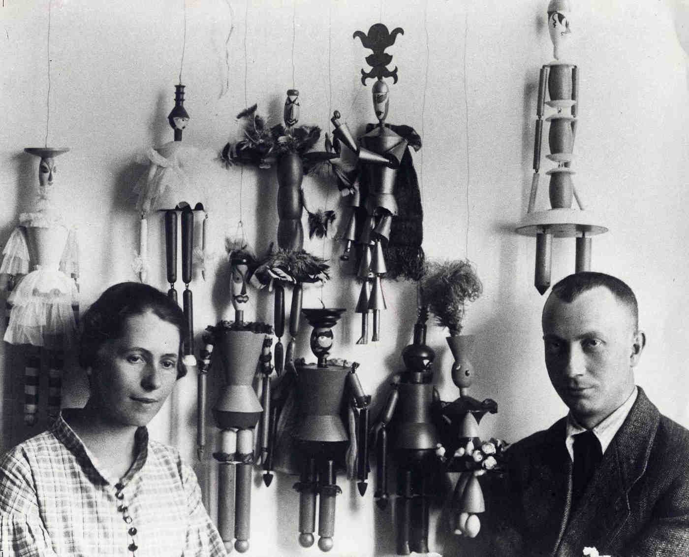 Sophie Taeuber and Hans Arp in front of the marionettes for the puppet show »King Stag«, Zurich 1918 | Photo: Ernst Linck – Archiv Stiftung Arp e. V., Berlin/Rolandswerth
