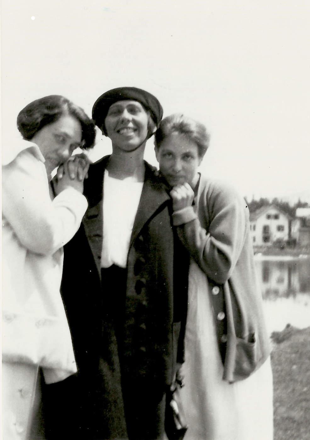 Sophie Taeuber-Arp mit Mary Wigman und Berte Trümphy, Arosa 1918 | Foto: Fotograf*in unbekannt – Archiv Stiftung Arp e. V., Berlin/Rolandswerth