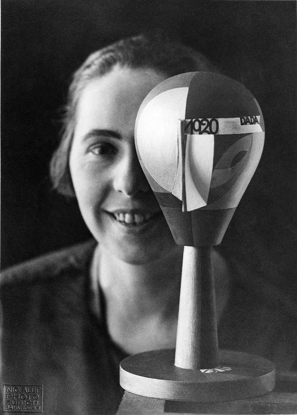 Sophie Taeuber mit Dada-Kopf, Zürich 1920 | Foto: Nic Aluf – Archiv Stiftung Arp e. V., Berlin/Rolandswerth