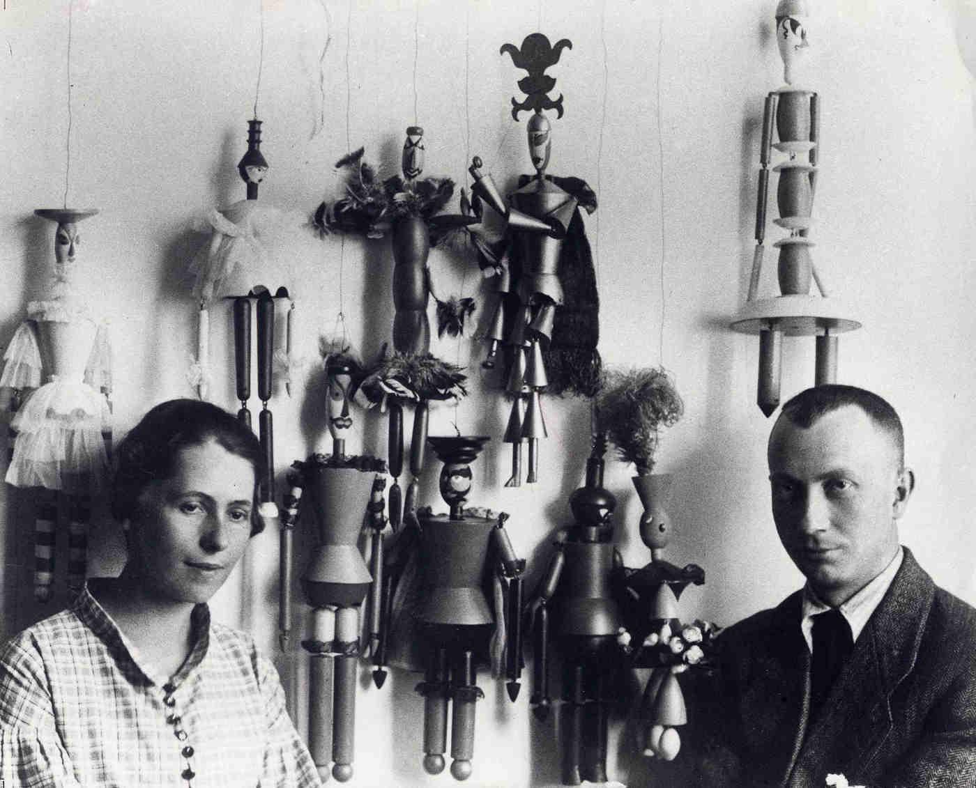 Sophie Taeuber und Hans Arp vor den Marionetten für das Stück »König Hirsch«, Zürich 1918 | Foto: Ernst Linck – Archiv Stiftung Arp e. V., Berlin/Rolandswerth