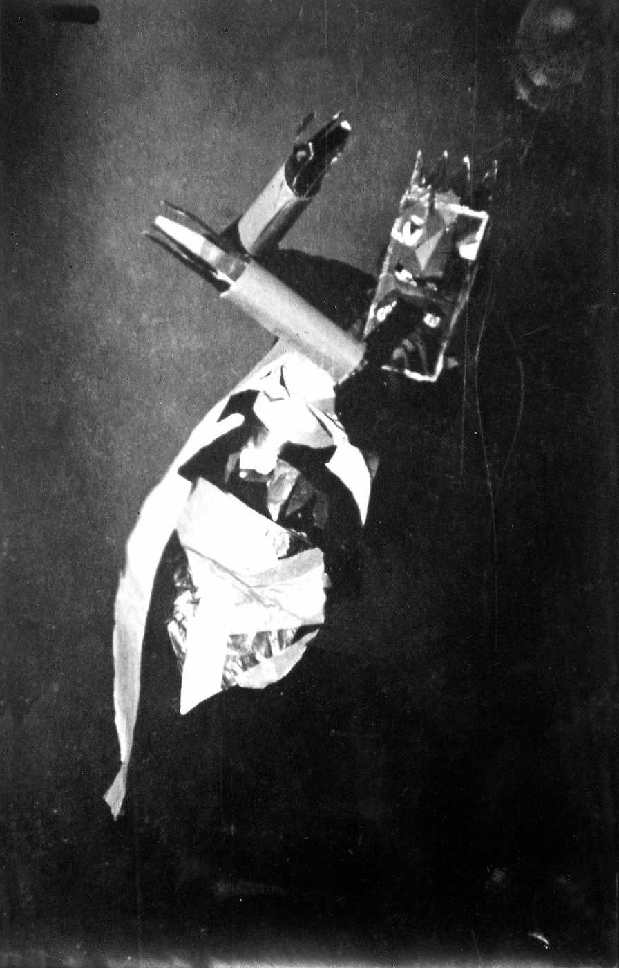 Sophie Taeuber in einem Kostüm, Zürich 1917 | Foto: Fotograf*in unbekannt – Archiv Stiftung Arp e. V., Berlin/Rolandswerth